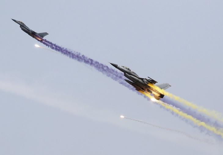 Aviones de combate surcoreanos KF-16 participan en unos ejercicios de fuego real con Estados Unidos (EFE)