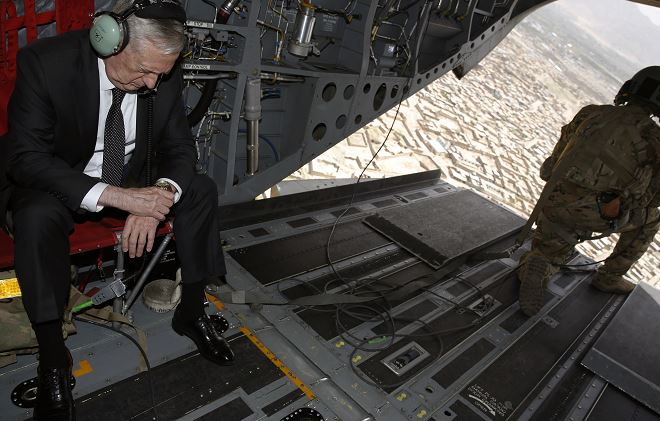El Secretario de Defensa de Estados Unidos, James Mattis, revisa su reloj a su llegada, en helicóptero, a la sede de Resolute Support en Kabul, Afganistán. (AP)