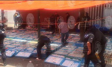 Personal de la Subprocuraduría Especializada en Investigación de Delitos Federales (SEIDF) decomisó 95 mil 631 piezas de medicamento pirata. (PGR)