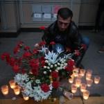 Persona enciende una veladora cerca del área donde ocurrió la explosión dentro del metro de San Petersburgo, Rusia (Getty Images, archivo)