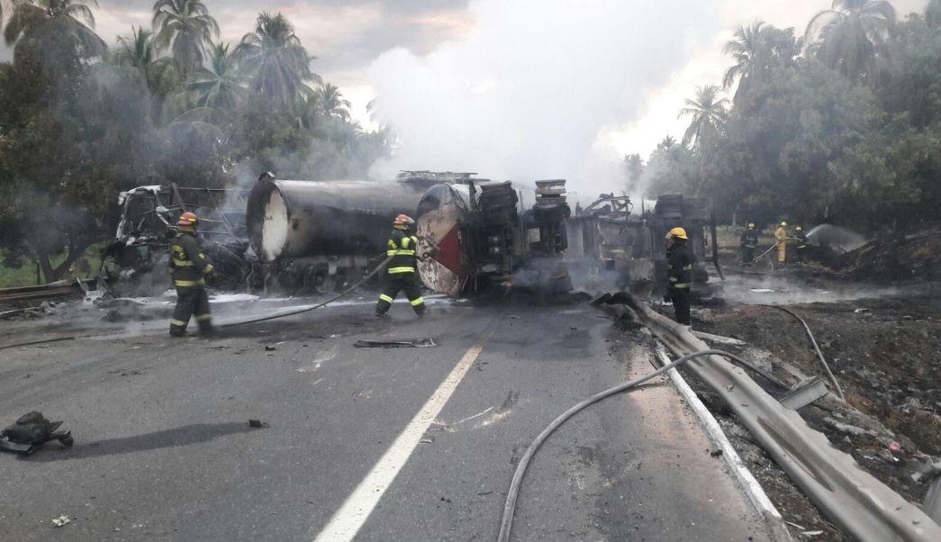 Choque de autobús de pasajeros y pipa deja varios muertos en la Autopista Siglo XXI. (Noticieros Televisa)