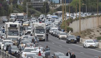Miles de conductores detuvieron sus vehículos y descendieron de éstos para guardar dos minutos de silencio. (AP)
