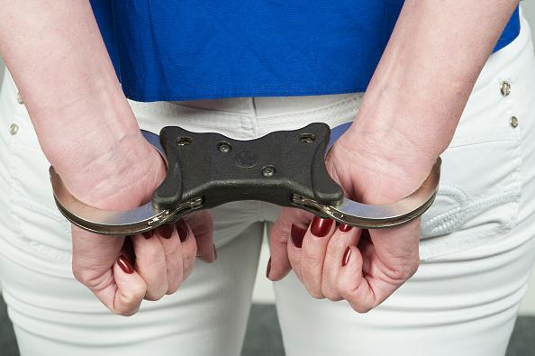 Mujer esposada; ratifican sentencia contra torturadora en la Ciudad de México (Getty Images, archivo)