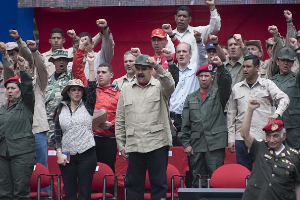 Nicolás Maduro, presidente de Venezuela, con militares. (Getty images, archivo)