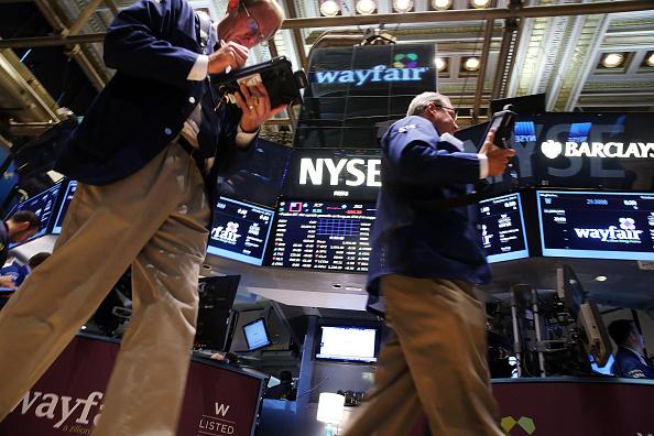 Operadores en la Bolsa de Valores de Nueva York; el mercado estadounidense abre plano a la espera de la reunión entre Donald Trump y Xi Jinping
