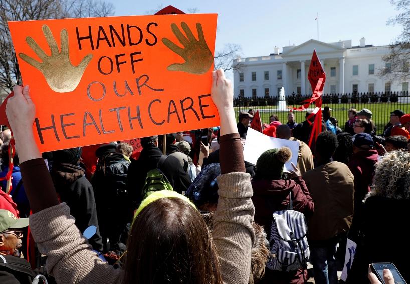 Manifestantes contra Trump al tratar de acabar el Obamacare (Reuters)