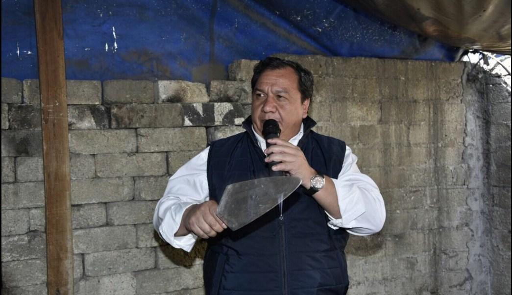 Óscar González Yáñez, candidato del PT a la Gubernatura del Edomex, durante el evento de campaña de rehabilitación de viviendas en San Pablo Autopan , Toluca. (Twitter @OscarGonzalezYa)