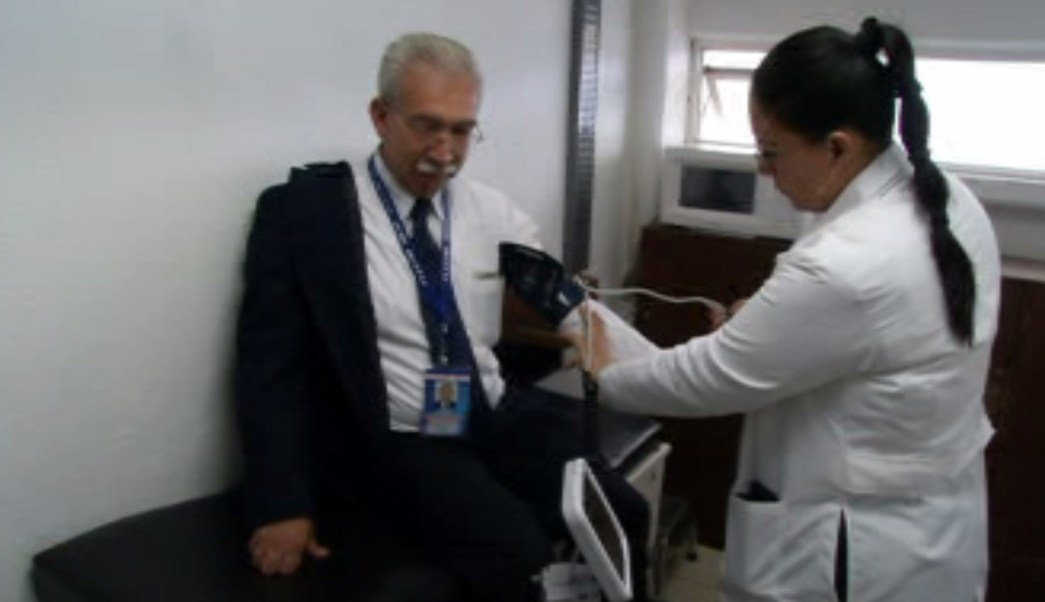 Practican examen de salud a chofer de autobús en la central de Pachuca (Noticieros Televisa)