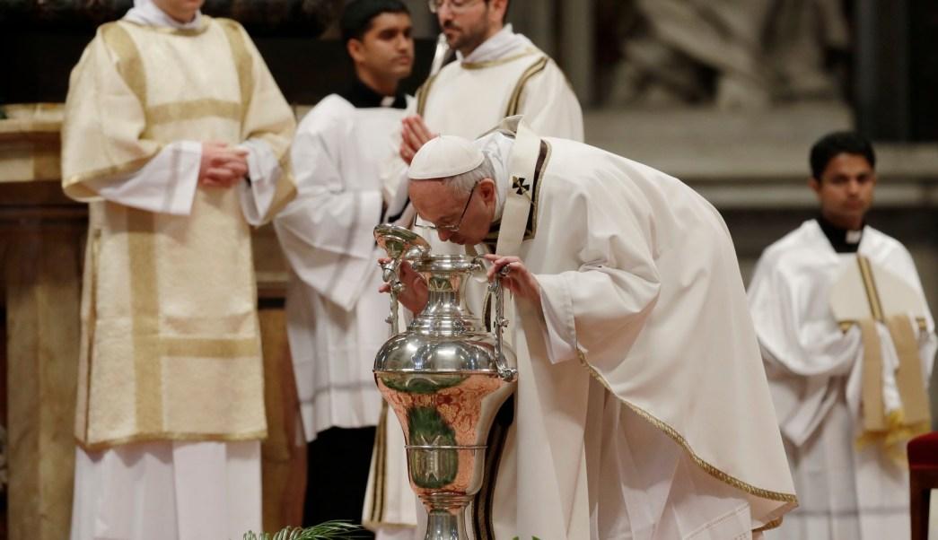 Papa comienza ritos de Semana Santa con misa Crismal en el Vaticano. (AP)