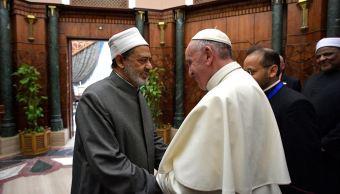 Papa Francisco se reúne con el jeque Ahmed el-Tayeb en El Cairo. (AP)