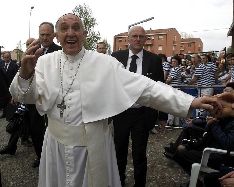 El papa Francisco da la mano a la multitud después de un encuentro con personas afectadas por el terremoto en Mirandola en 2012 (Reuters)