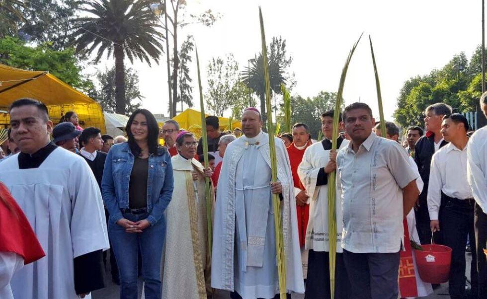 Nuncio apostólico bendice palmas en Iztapalapa