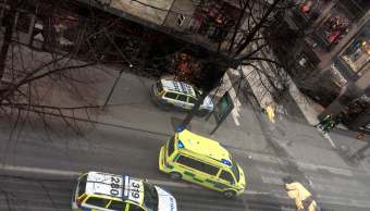 Patrullas de Policía responden al atentado en Estocolmo, Suecia (AP)