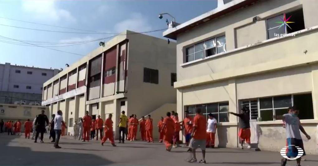Videos en poder de 10 en Punto muestran cómo opera la venta de venta de droga, alcohol, el cobro del derecho de piso y la corrupción por parte de los custodios del penal del Topo Chico. (Noticieros Televisa)