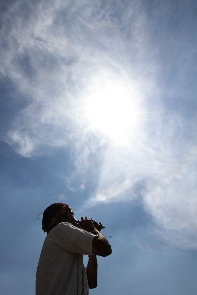 Una persona realiza ceremonia bajo el sol