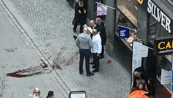Personas lesionadas durante el atropellamiento en el centro de Estocolmo. (Reuters)