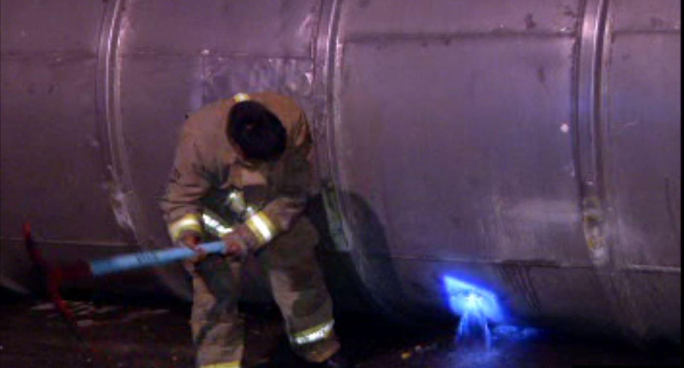 Bomberos atienden volcadura de pipa sobre Río Consulado (Noticieros Televisa)