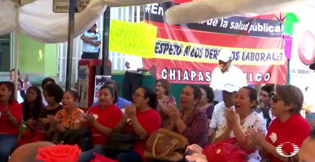 Después de mesas de diálogo con autoridades de Chiapas, las nueve enfermeras que mantenían una huelga de hambre frente al Hospital de la Mujer de Tuxtla Gutiérrez, levantaron su protesta, pero el plantón que otros 20 trabajadores iniciaron el 24 de enero, continúa. (Noticieros Televisa)
