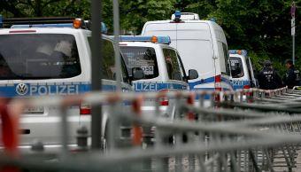 Un policía disparó e hirió a un hombre que amenazó con un arma a una oficial en el estacionamiento de un hospital de Berlín . (@okdiario)