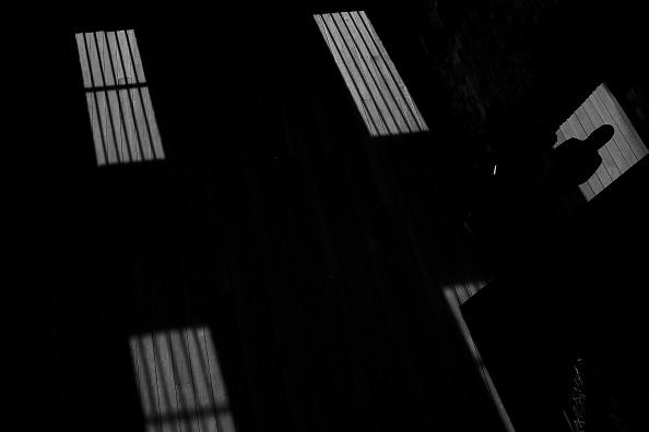 Sombras dentro de una celda en una prisión; un juez sentencia a dos personas por transportar armas y drogas en Sinaloa (Getty Images, archivo)