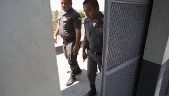 Dos guardias cierran una entrada peatonal de la prisión de Matamoros, Guatemala. (AP, archivo)