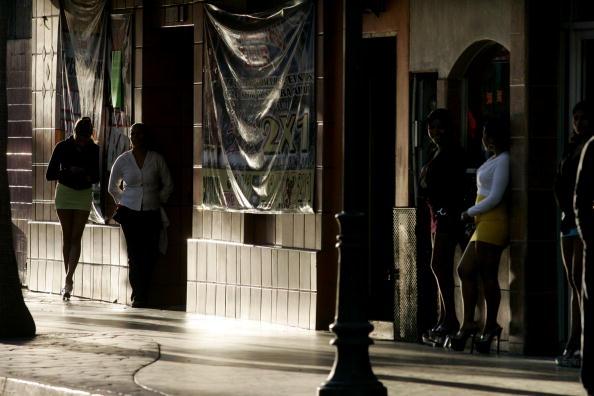 Prostitutas en las inmediaciones de un bar en México; sentencian a 15 años de prisión a 5 personas por obligar a 17 mujeres a prestar servicios sexuales (Getty Images, archivo)