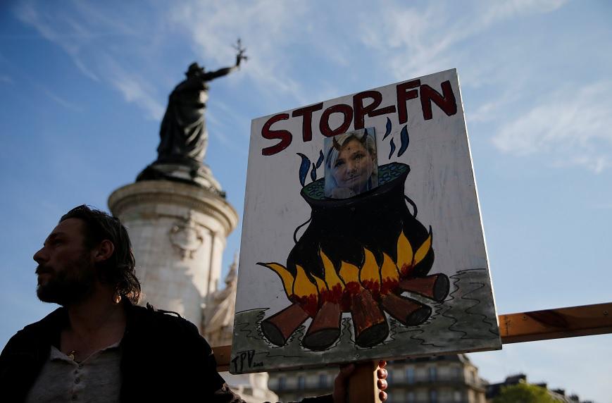 Manifestantes contra Marine Le Pen, candidata a la presidencia de Francia por el Frente Nacional Francés, portan carteles en París, Francia (Reuters)