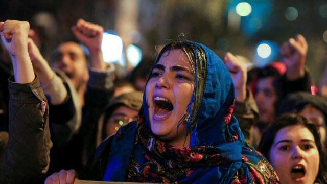 Una manifestante contra el gobierno de Erdogan grita consignas durante una manifestación en el distrito de Besiktas en Estambul (Reuters)