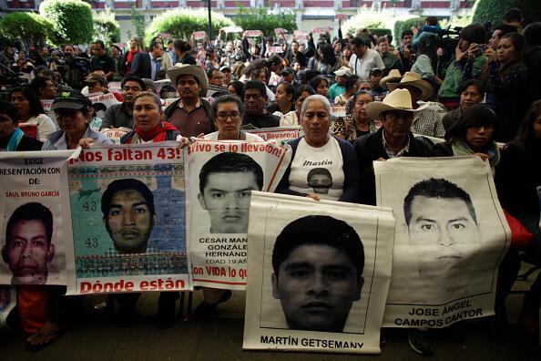 Protesta de familiares de normalistas desaparecidos. (Getty Images, archivo)