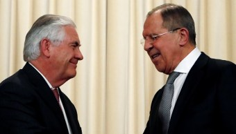 El ministro de Relaciones Exteriores de Rusia, Serguei Lavrov, estrecha la mano con el secretario de Estado estadounidense Rex Tillerson durante una conferencia en Moscú (Reuters)