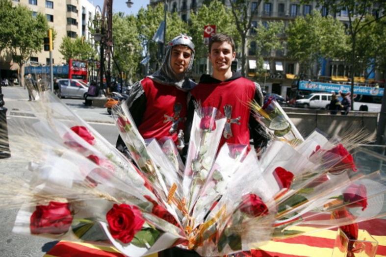 Los vendedores de rosas posan en el paseo de Gracia durante el día de Sant Jordi, en Barcelona, España (Getty Images/archivo)