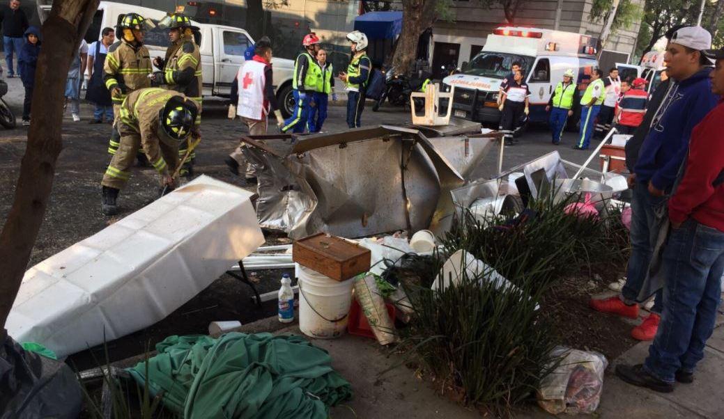 Un conductor se impactó contra varios puestos de comida en un tianguis ubicado en el cruce de Río Pánuco y Circuito Interior. (@ApoyoVial)