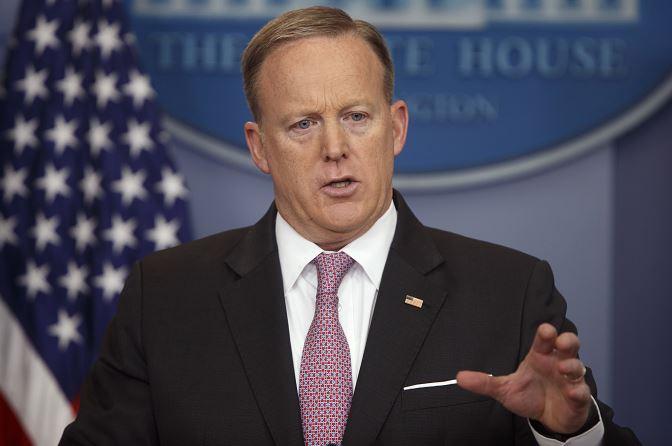 El secretario de prensa de la Casa Blanca, Sean Spicer, habla durante la rueda de prensa diaria en la Casa Blanca en Washington. (AP)
