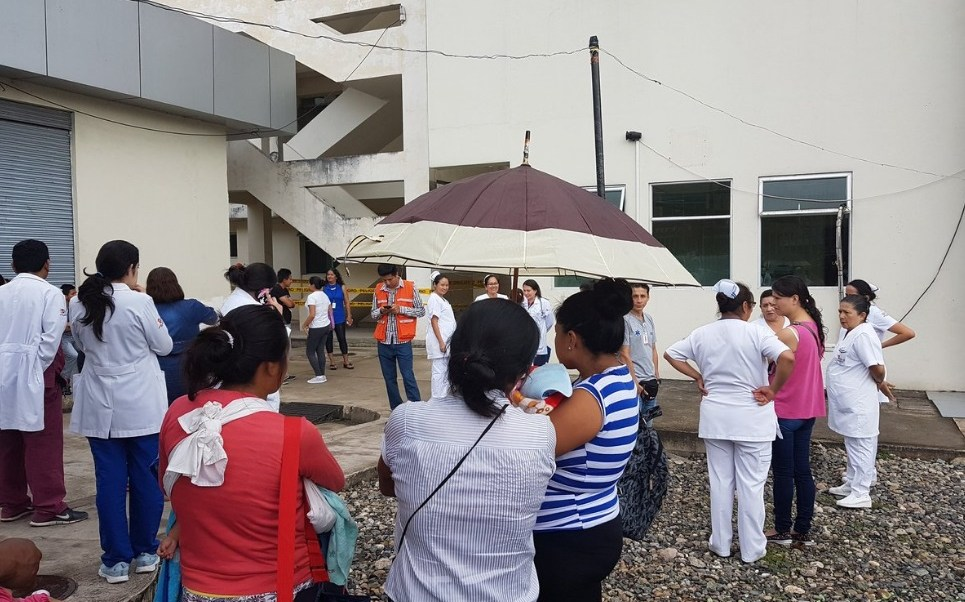 Autoridades ecuatorianas desalojan edificios al registrarse un sismo en Quito (Twitter: @sismoecuador)