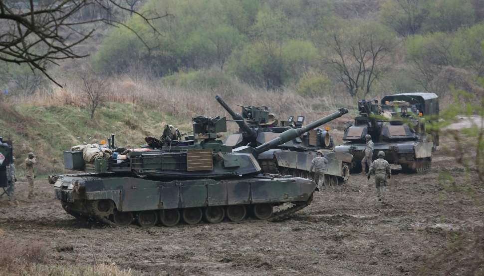 Soldados norcoreanos realizan ejercicios militares.