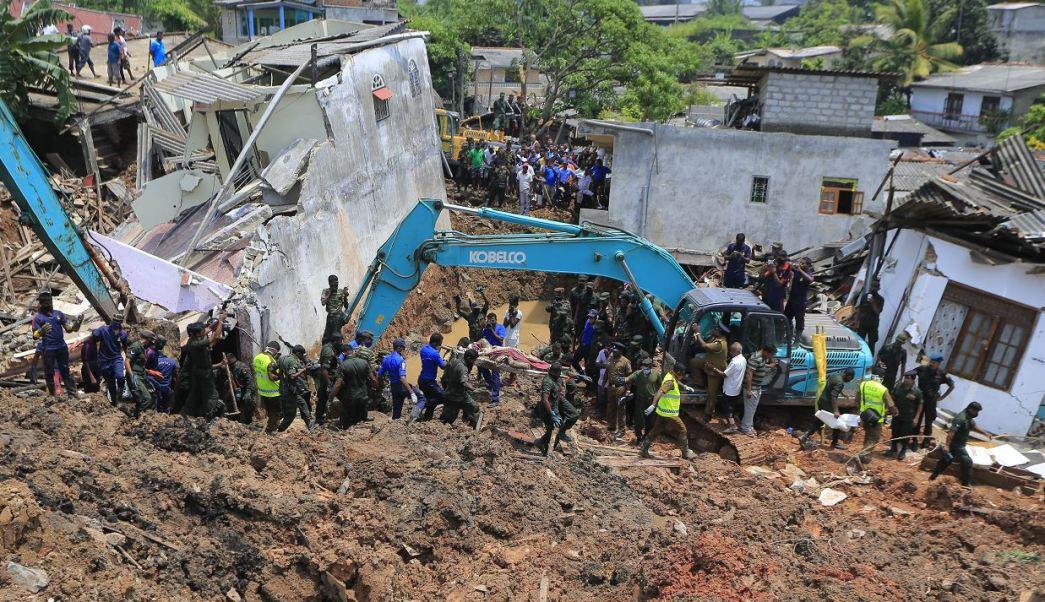 Toneladas de barro y basura se derrumban sobre viviendas cerca de un vertedero en Sri Lanka; hay al menos 29 muertos y varios desaparecidos. (AP)