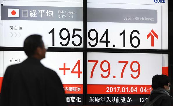 Tablero electrónico muestra resultados de la Bolsa de Tokio. (Getty Images)