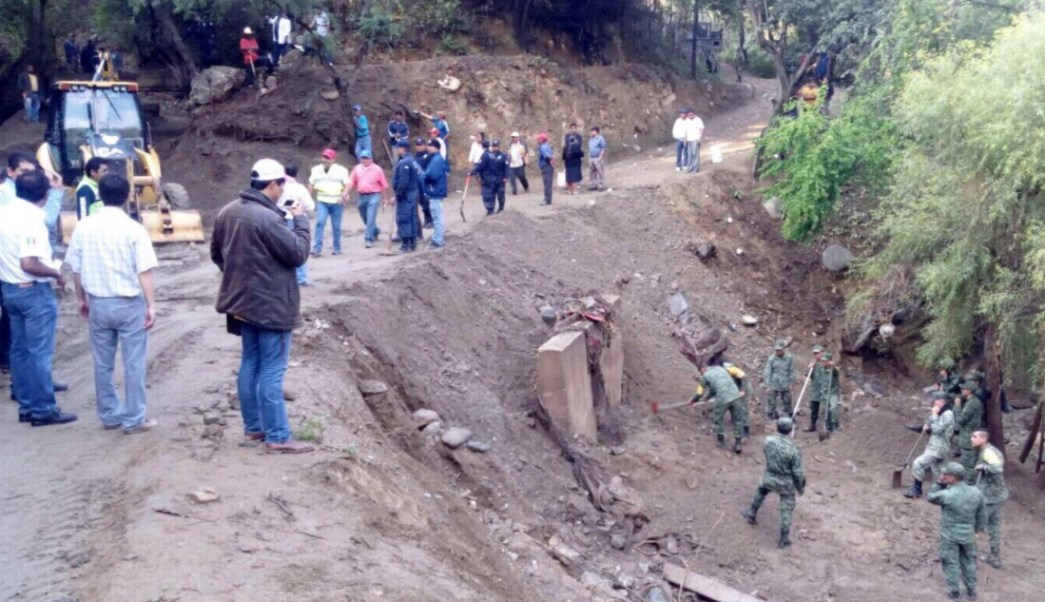 Continúa la búsqueda de una mujer desaparecida por la intensa lluvia en Teotitlán de Flores Magón, Oaxaca(Twitter: @alejandromurat)