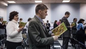 Los testigos de Jehová cantan canciones al comienzo de la reunión en Rostov-on-Don (Getty Images)