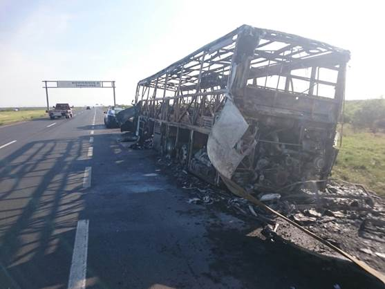 Tráiler calcinado sobre la carretera Monterrey-Nuevo Laredo (Noticieros Televisa)