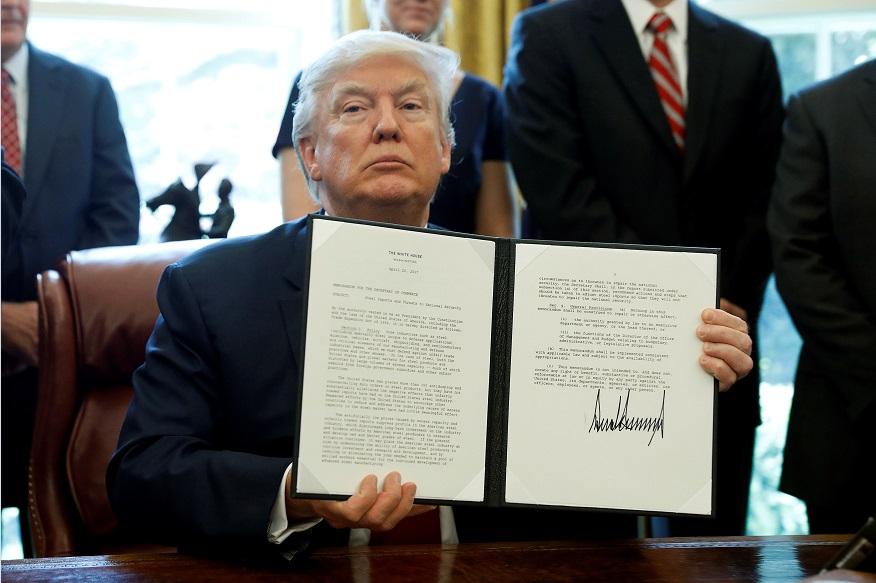 Donald Trump, presidente de Estados Unidos, firma orden ejecutiva para investigar las importaciones de acero a Estados Unidos (Reuters)