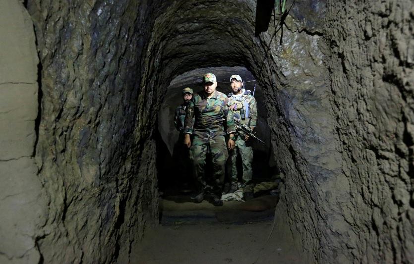"""Fuerzas Especiales afganas inspeccionan dentro de una cueva que fue utilizada por militantes del EI en el sitio donde hizo explosión la """"madre de todas las bombas"""" (Reuters)"""