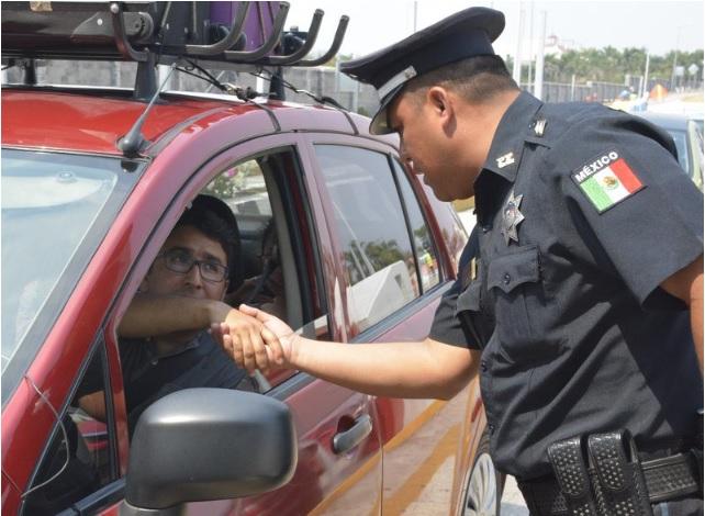 Elemento de la Policía Federal atiende a un automovilista; autoridades en Veracruz reportan una mayor afluencia de vacacionistas (Twitter @PoliciaFedMx, archivo)