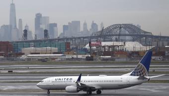 Un avión de United Airlines en el aeropuerto de Nueva York. (AP, archivo)