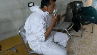 Un hombre usa una máscara de oxígeno luego del ataque químico en la localidad siria de Khan Sheikhoun. (Reuters, archivo)