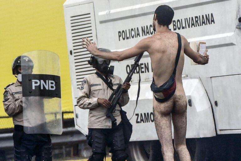 Un manifestante desnudo enfrentó a policías venezolanos.