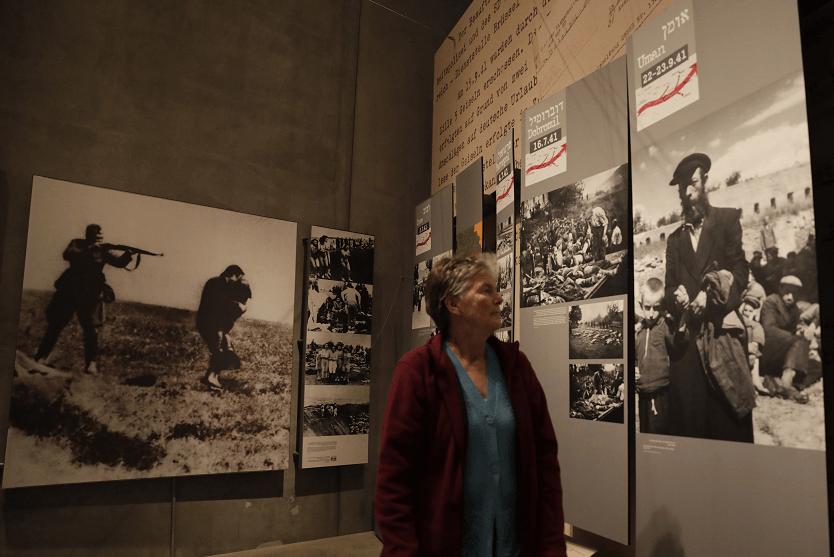 Una mujer visita el Museo del Holocausto en Jerusalén. (AP, archivo)