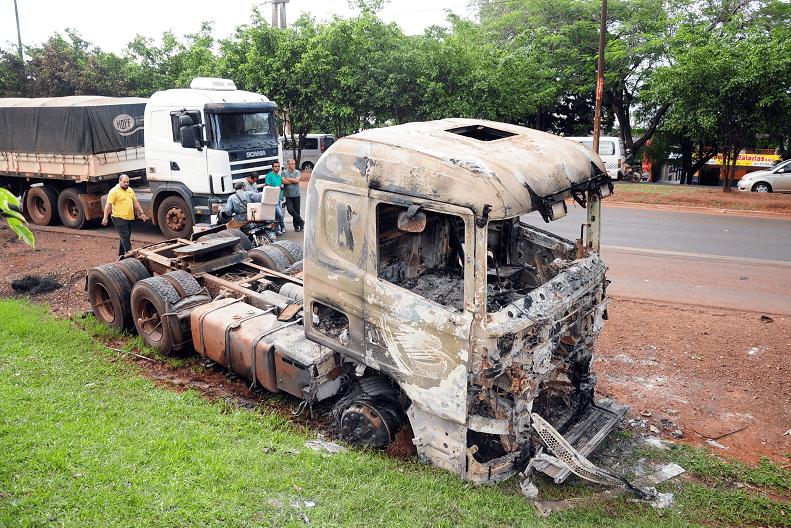 Varios automóviles quedaron quemados en la calle.