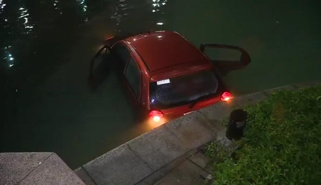 Vehículo termina en el estanque del Paseo Santa Lucía, en Monterrey (Twitter @_LASNOTICIASMTY)