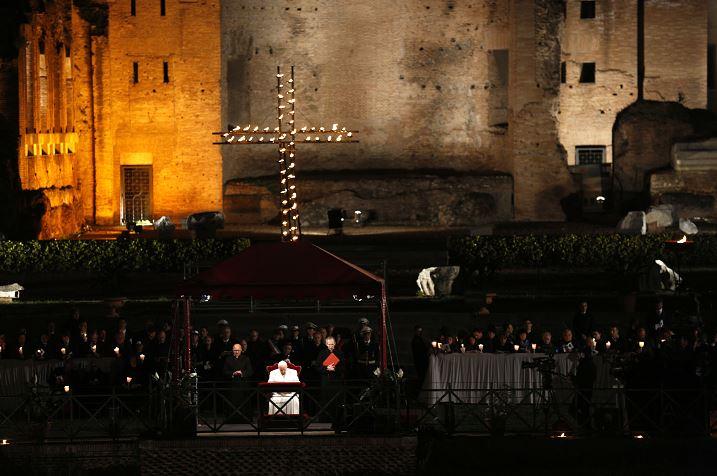 El papa Francisco reza durante la procesión de las antorchas del Vía Crucis frente al Coliseo, el Viernes Santo en Roma. (AP/archivo)